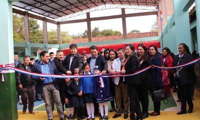 Inauguran tinglado en  escuela de Presidente Franco