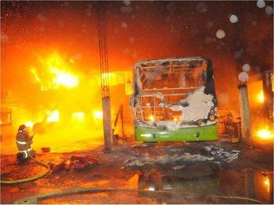 Incendio en la parada de la línea 56 afecta a tres unidades