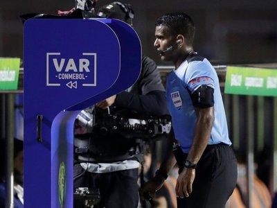 """El VAR, un """"Gran Hermano"""" para anular goles y cobrar penales"""