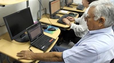 Brindan oportunidad laboral a personas mayores de 60 años
