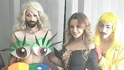 Vivi marchó con los  gays como la maína
