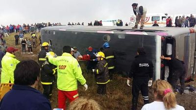 Vuelco de bus turístico deja 13 muertos y 30 heridos en Argentina