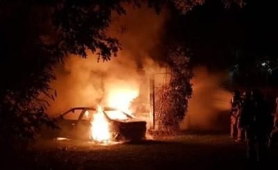 Dos vehículos y un inquilinato ardieron en incendio