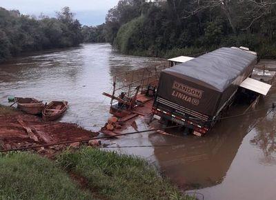 Camión cayó de una balsa al río Ñacunday