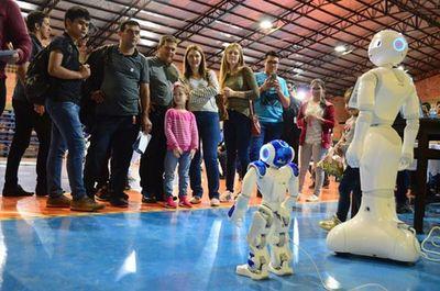 Robots cautivaron a jóvenes en feria tecnológica