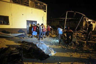Más de 40 migrantes muertos en ataque a centro de detención en Libia