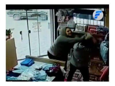 Descuidistas golpearon a vendedora que les pilló robando