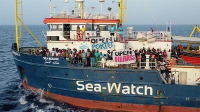 Italia no permite entrar en Lampedusa a dos naves de ONG con 100 migrantes