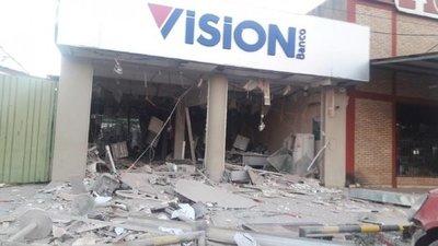 Con dinamita y armas de guerra asaltan banco en San Pedro y matan a un joven