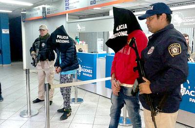 Expulsan a presuntos miembros del PCC y entregan a la Policía brasilera