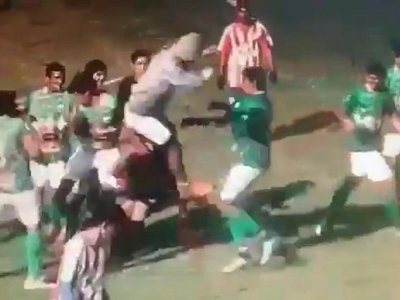 Jugador le dio una patada voladora al árbitro