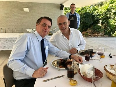 Una langosta deja en ridículo al embajador de Israel en Brasil