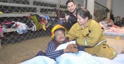 Bombera  salvó a un  abue del  intenso frío