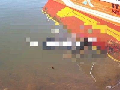 Hallan cuerpo del conductor que cayó con su camioneta a un lago