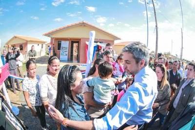 Presidente Abdo Benítez habilitó viviendas sociales en Villeta