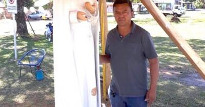 Artesano ojapo feroz monumento de madera por fe