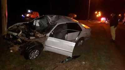 Militar pierde control de su auto y choca contra barrera de protección y columna