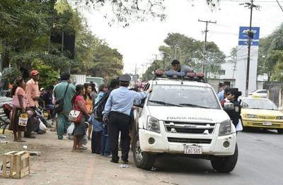 Policia traslada a indígenas que cerraban la avenida Artigas al parque Caballero