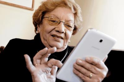 Enseñarán a usar smartphones a adultos mayores