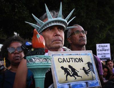 """No a los """"campos de concentración"""" de inmigrantes, claman en frontera de EEUU"""