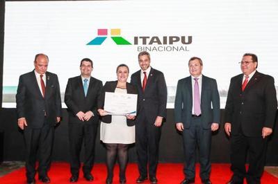 Presidente visitó stand de la Itaipú y entregó premio a microemprendedores