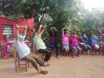Abuelitos aprenden y disfrutan haciendo ejercicios