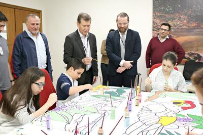 Médicos y artistas americanos alegraron a pacientes de Tesãi