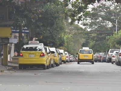 Piden que taxistas paguen por estacionamiento en paradas