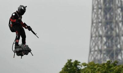 ¡Deslumbrante! Un hombre apareció con una tabla voladora en un acto en Francia