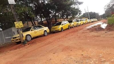 HOY / Taxistas de parada de Roque  Alonso aceptan competir con   Uber y Muv y no marcharán