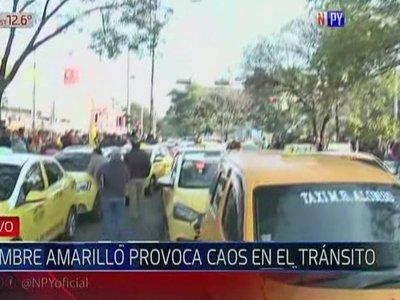 Taxistas copan Mariscal López frente a la Municipalidad de Asunción
