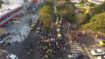 """HOY / Taxistas cierran Avda. Mariscal López: """"Hay chiquilines/as manejando en Uber y Muv"""""""