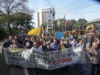 Taxistas bloquean Mariscal López y la PMT desvía el tránsito