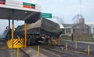 Camionero choca contra puesto de peaje y deja a dos niños heridos