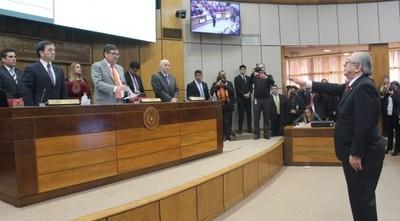 En apresurada sesión toman juramento a Raúl Torres Kirmser
