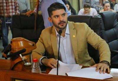 """Denuncia de exaliado de intendente Ferreiro por """"corrupción"""" en la comuna: Junta llamará a Camilo Soares"""