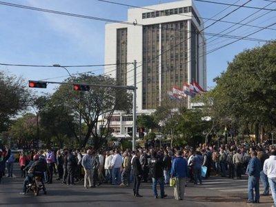 Comuna plantea mesa de diálogo y taxistas se resisten
