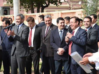 Miguel Cuevas acompaña a Mario Abdo en visita de zapateros