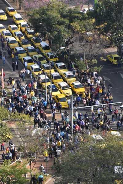 Taxistas cierran principales calles y avenidas de Asunción en reclamo al servicio de UBER y MUV