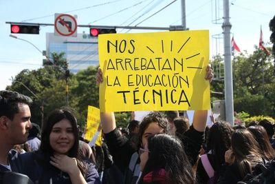 """""""Trajeron un profesor de Educación Física para que enseñe Automotriz"""", reclaman alumnos"""