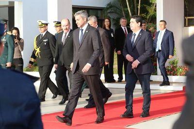 Mario Abdo viajó para reunión del Mercosur