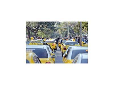 Taxistas apelan a vieja coacción para que se regulen Uber y MUV