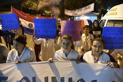 Huelga en Clínicas: Más de 3.000 pacientes diarios son afectados