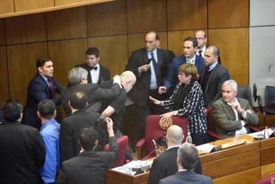 Riera y Payo Cubas a los golpes en plena sesión del Senado, tras discusión sobre juicio político en 1999