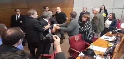 Bochorno en el Senado: Payo a los golpes contra Riera · Radio Monumental 1080 AM