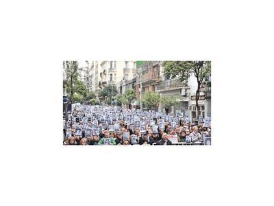 Sirenas y campanas evocaron en la Argentina el atentado a la AMIA