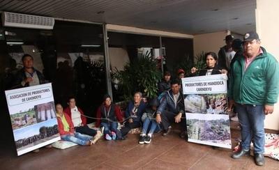 HOY / Mandioqueros se encadenan frente al MAG en reclamo de subsidios