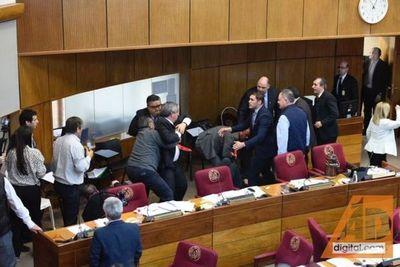 """Pelea entre Enrique Riera y """"Payo"""" Cubas en la Cámara de Senadores"""