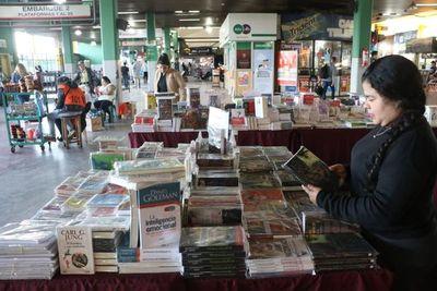 Instalan feria de libros en Terminal de Ómnibus