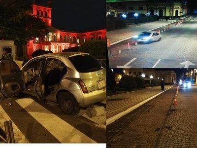 Pierde el control de su auto y embiste los jardines del Palacio de Gobierno